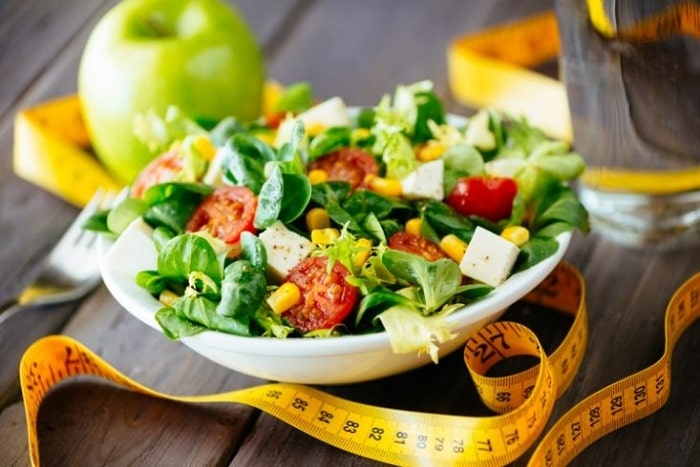 Buổi tối ăn nhẹ bạn có thể chọn salad ức gà.