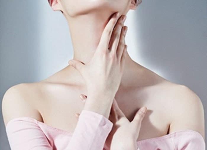 Thực hiện động tác massage cổ và xương quai xanh thường xuyên để hiện rõ.