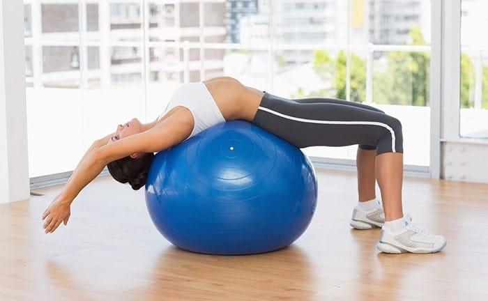 Bài tập Pilates tăng chiều cao với bóng.